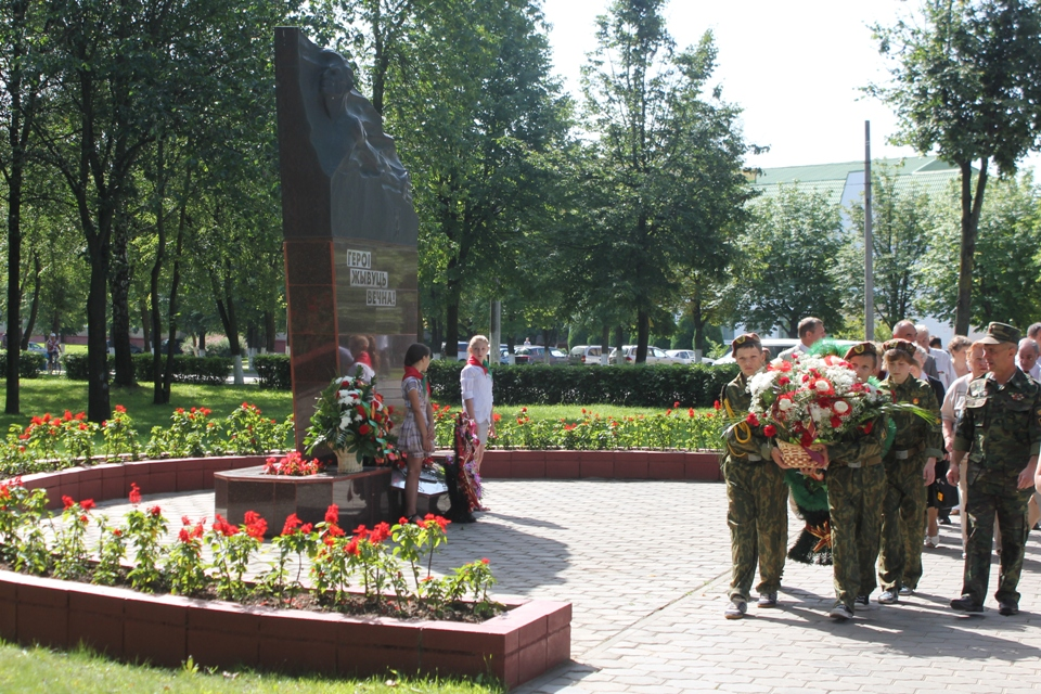 Это работа (памятник Петру Куприянову) скульптора Бориса Ивонтьева и архитекторов Валентина Занковича и Леонида Левина.