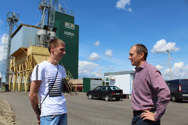 Главный энергетик Юрий Лепетенок (справа) с учеником Егором Стасевичем.