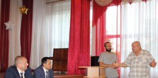 Дмитрий Заблоцкий и Артем Арутюнян во время обсуждения проблемных вопросов жителей микрорайона.