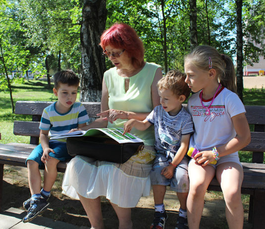 Дети рассматривают сигнальный экземпляр первой части энциклопедии, который Галина Анискевич выпустила в 2018 году.