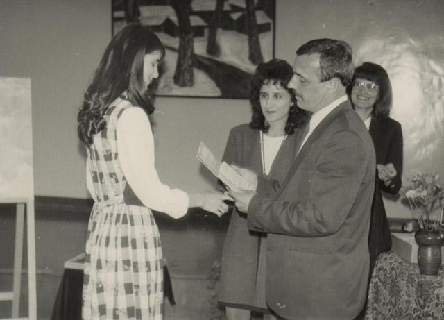 Вручение свидетельств об окончании школы. 1999 год.