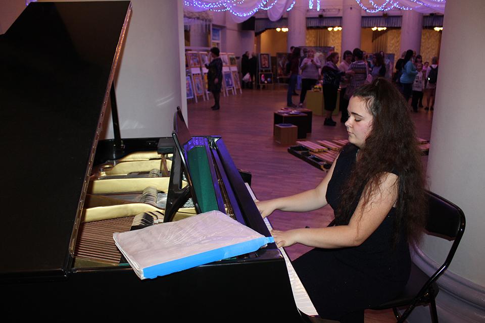 Живая музыка для гостей: у рояля талантливая Алиса Фомич.