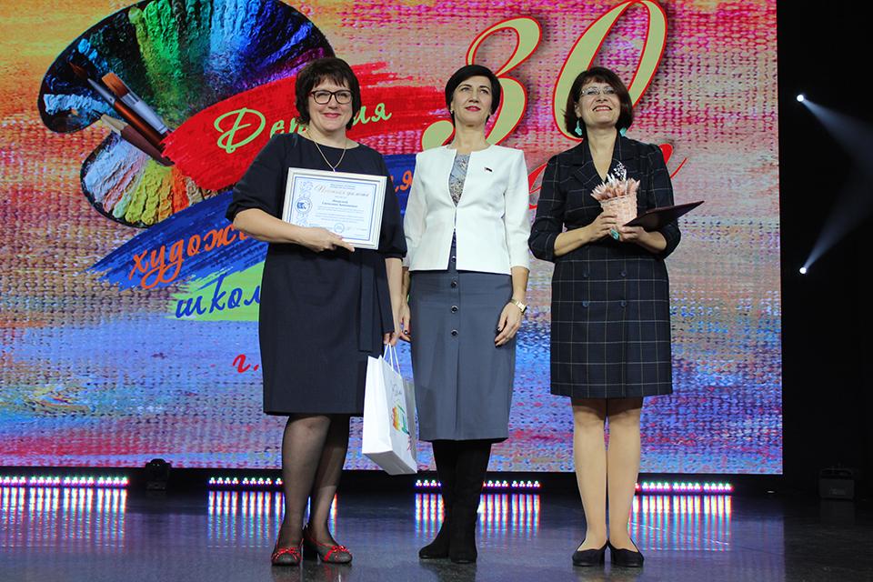 Председатель горсовета Наталья Сушко вручила почетные грамоты Светлане Яворской и Любови Саболевской.