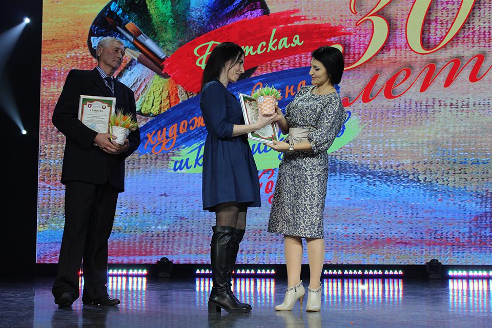 Грамоты и сертификат вручила начальник отдела по идеологической работе, культуре и делам молодежи горисполкома Ирина Карпович.