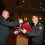 Министр МВД Республики Беларусь Юрий Караев вручает переходящий приз имени П.А.Королева Константину Масловскому.