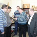 В мастерской «Эльбрус» Сергей Вертинский обучает столярному делу.
