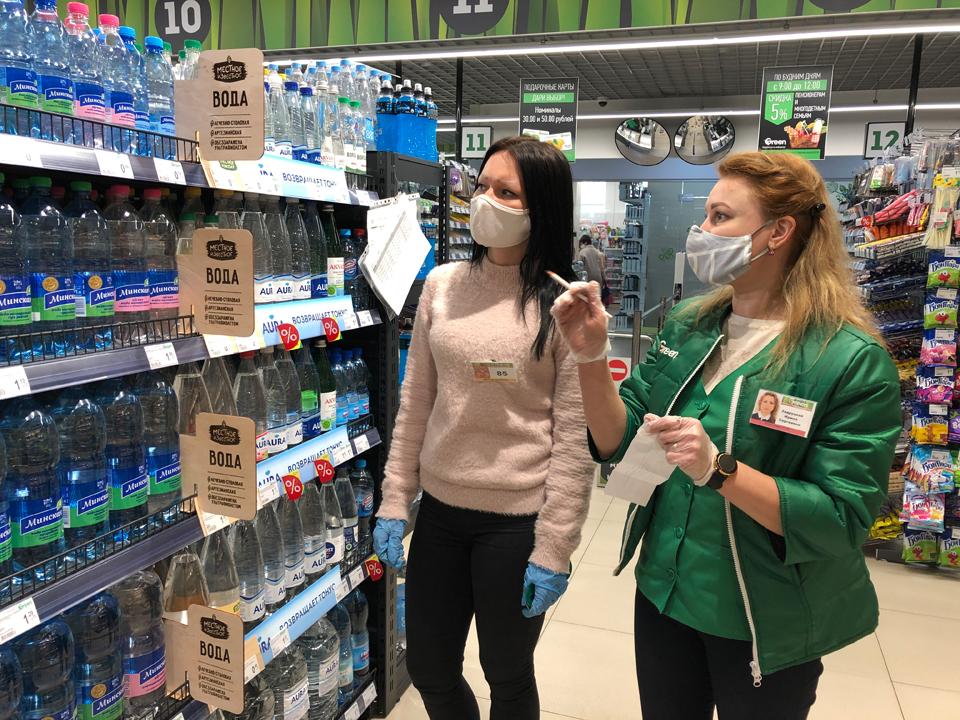 Заведующая отделом магазина «ГРИН» Ирина Задруцкая (справа) и весь коллектив работают в режиме повышенных мер безопасности.